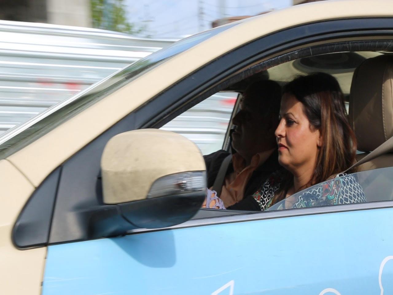صورة سيدة تقود سيارة اجرة في السليمانية