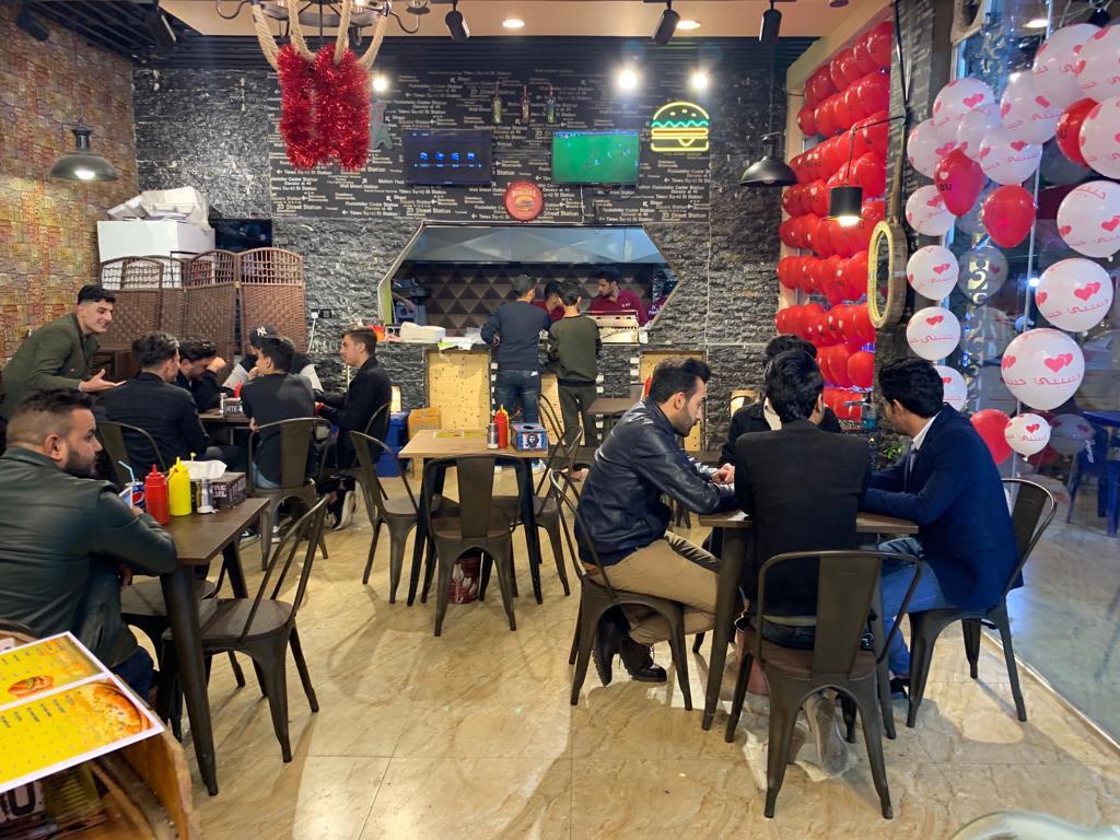 صورة تركوا الطب والهندسة وفتحوا مطعماً للأكلات الشعبية في الكوت