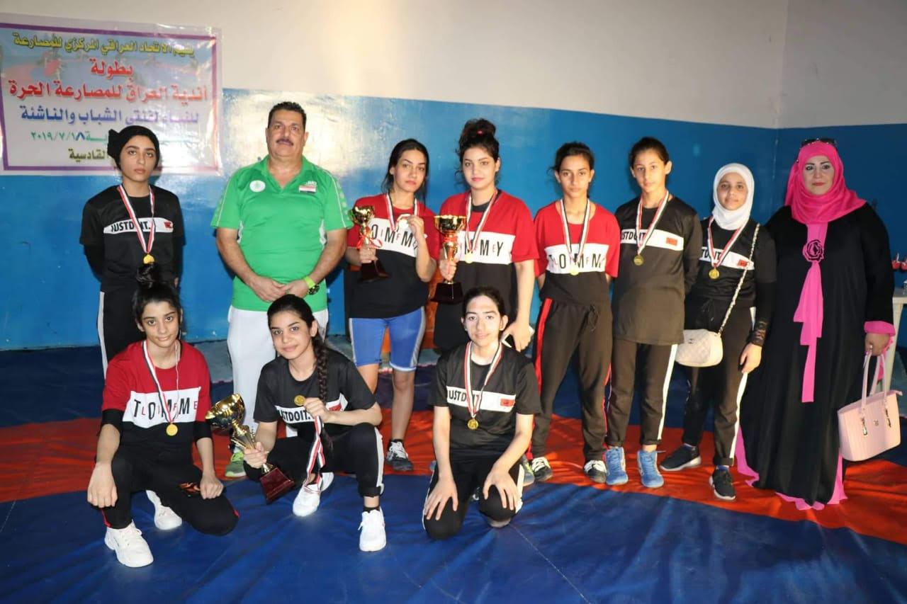 صورة فريق المصارعة النسوي فتياته يشاركن في البطولات بأزيائهن المدرسية