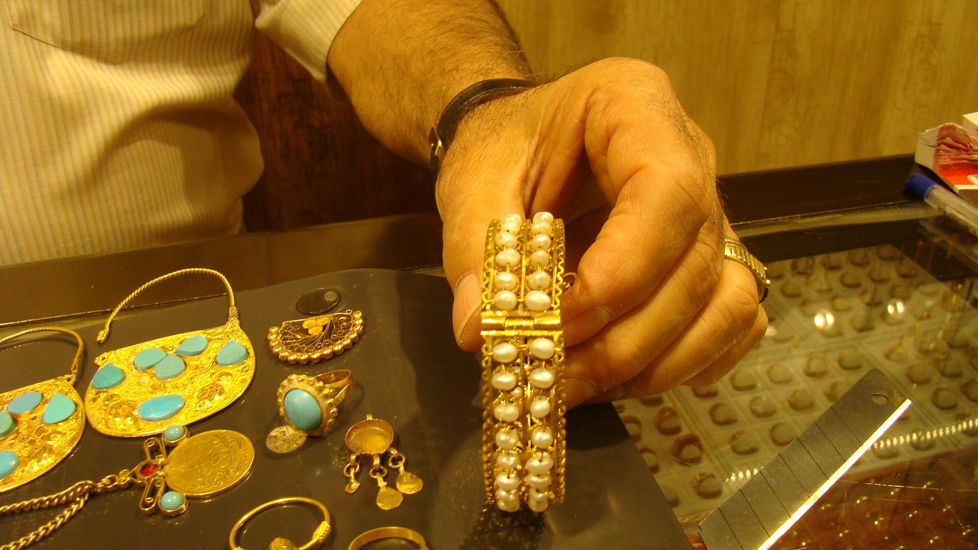 صورة صاغة الذهب الصابئة… نسيج اجتماعي اثمن من الذهب والصياغة اليدوية مازالت حاضرة