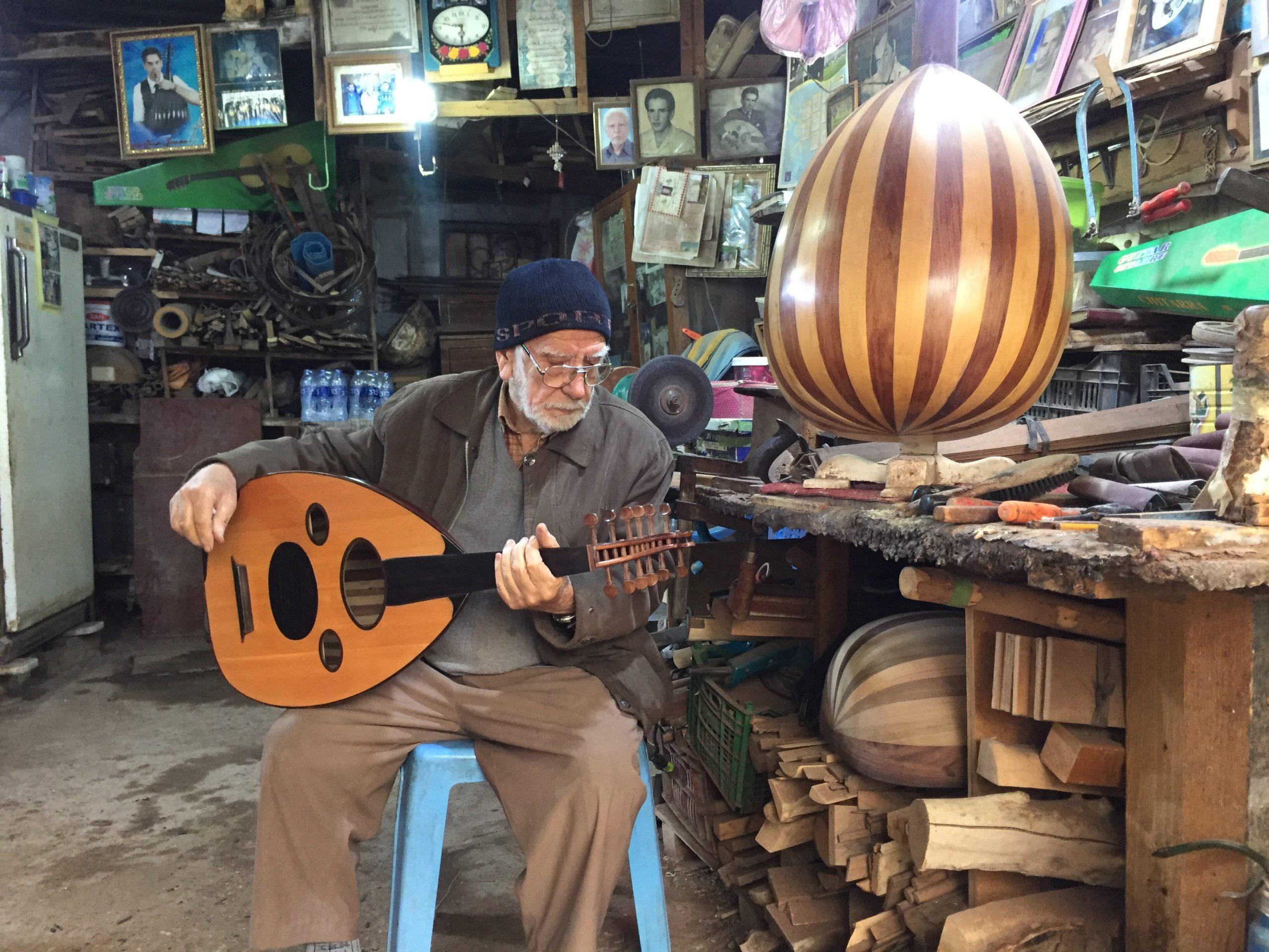 صورة بيت العود: دكانة الطين التي انتجت آلة سحرية عزفت عليها انامل المشاهير