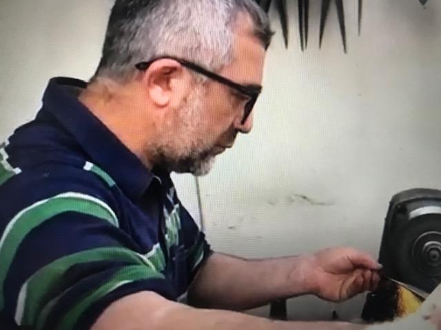 صورة عمو رياض واحد من آخر أربعة اشخاص يصنعون السكاكين في الموصل