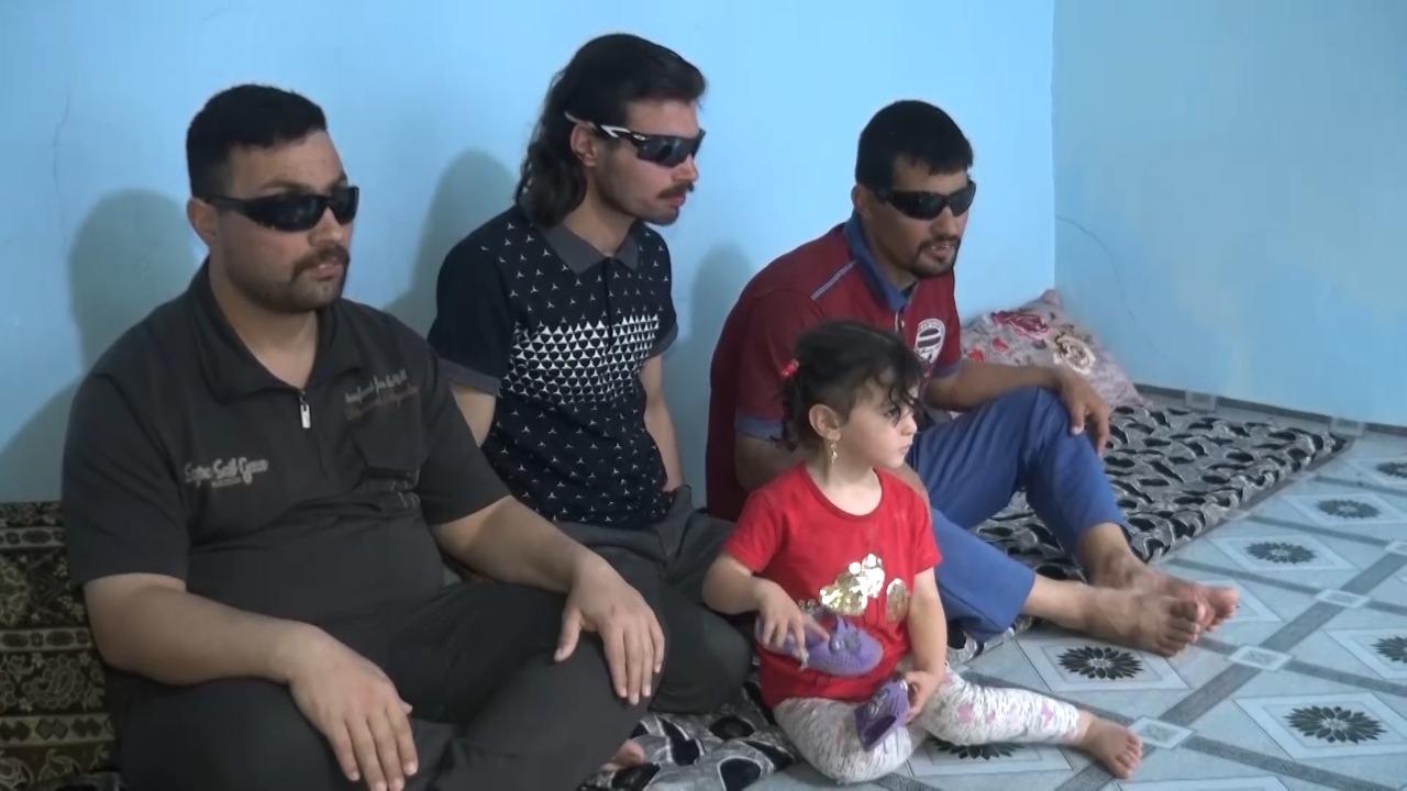 صورة ثلاثة اشقاء فقدوا بصرهم بسبب مرض وراثي