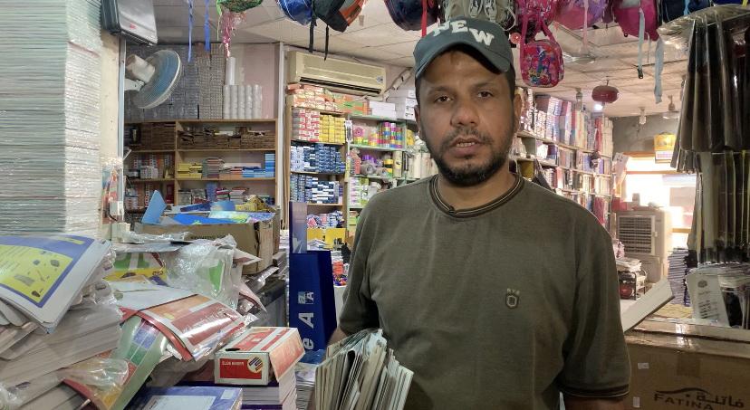 صورة بائع الصحف الجوال الوحيد في الناصرية لم يجلسه  كورونا في البيت