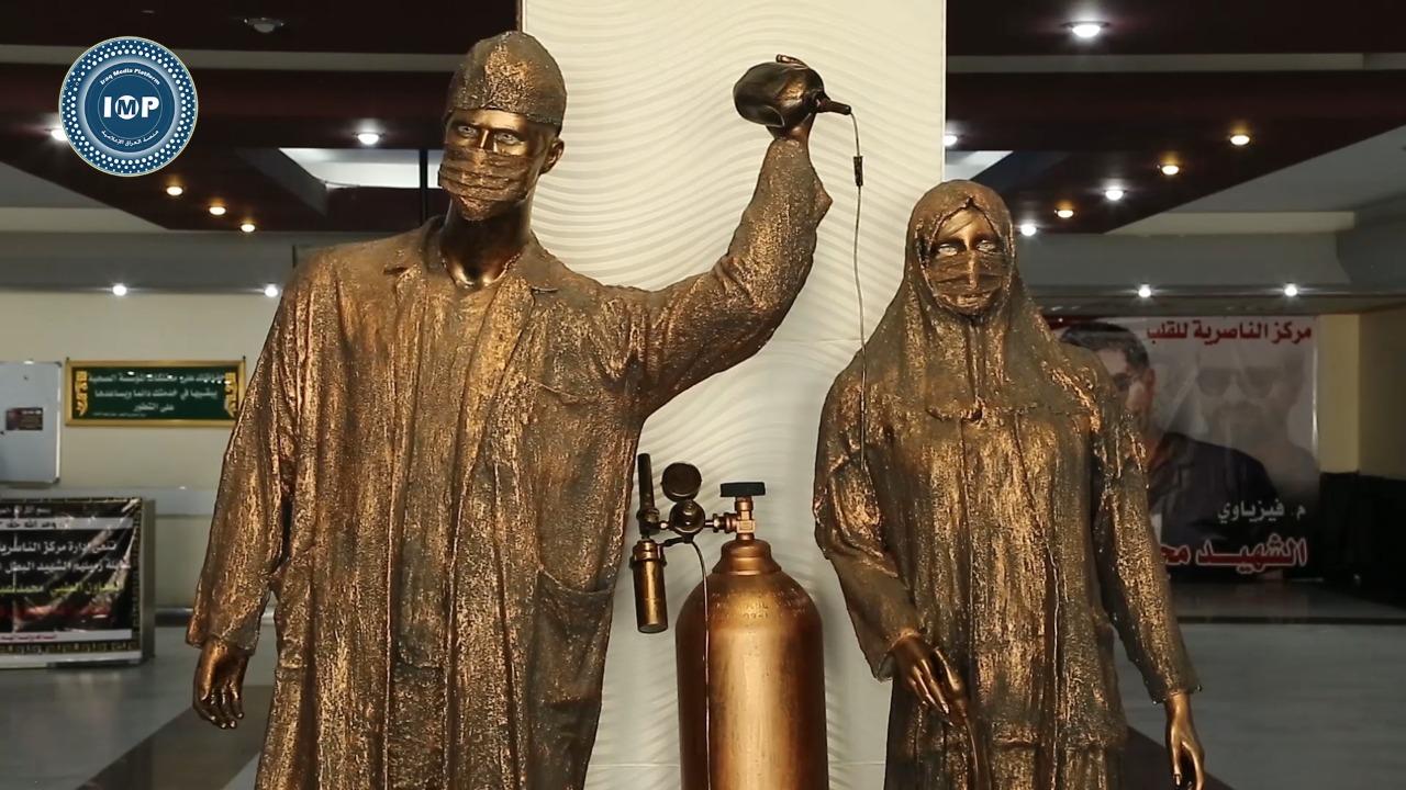 صورة فنان من الناصرية ينحت تمثالين للاطباء بعدما ساعدوا والدته وشقيقته المصابين بكورونا