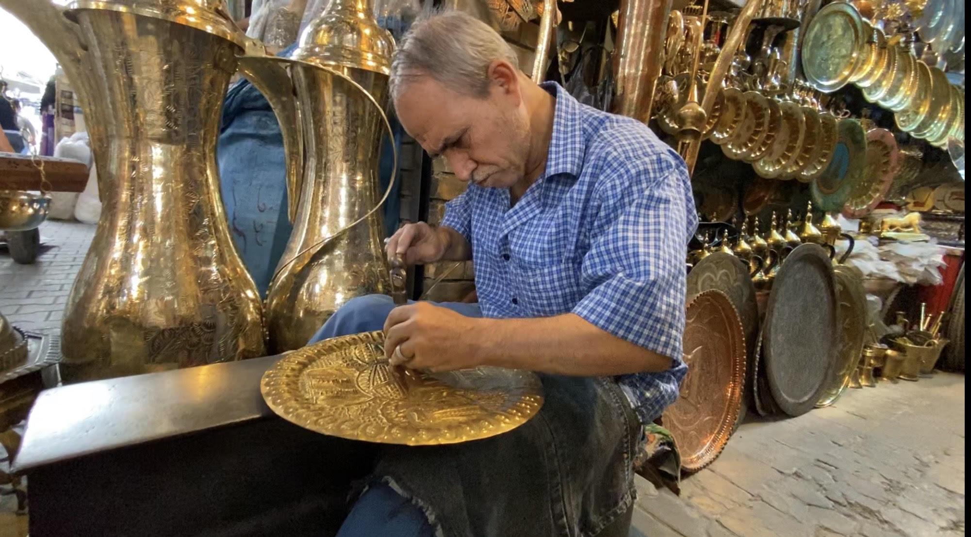 صورة آخر نقاش في سوق الصفارين: اتمنى عودة السياحة الى بغداد
