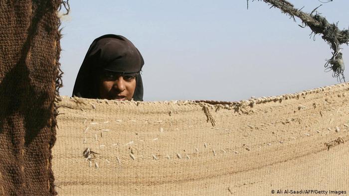 صورة يتكلمون لغة خاصة ويعتزلون المجتمع… غجر بلباس البدو اقلية منسية في المثنى