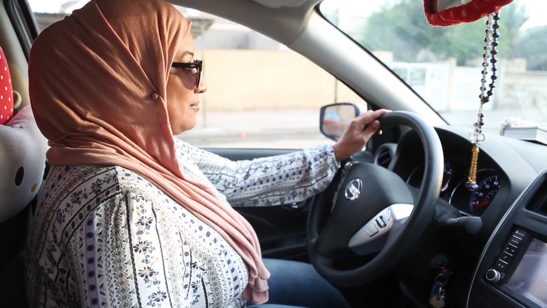 صورة اول سائقة تاكسي في االبصرة تقتحم عالم الرجال