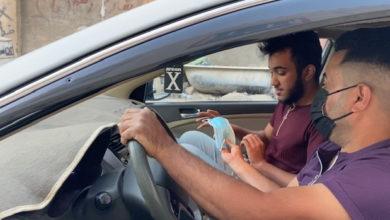 صورة سائق تكسي يعطي الكمامة نفسها لجميع زبائنه