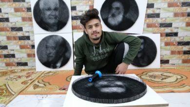صورة شاب من الناصرية يرسم لوحاته بالخيوط