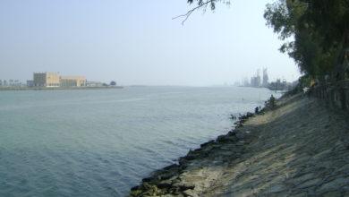 صورة على أنقاض رافعة عراقية غريقة: محطة ملاحية ايرانية تخنق ميناء خور العمية